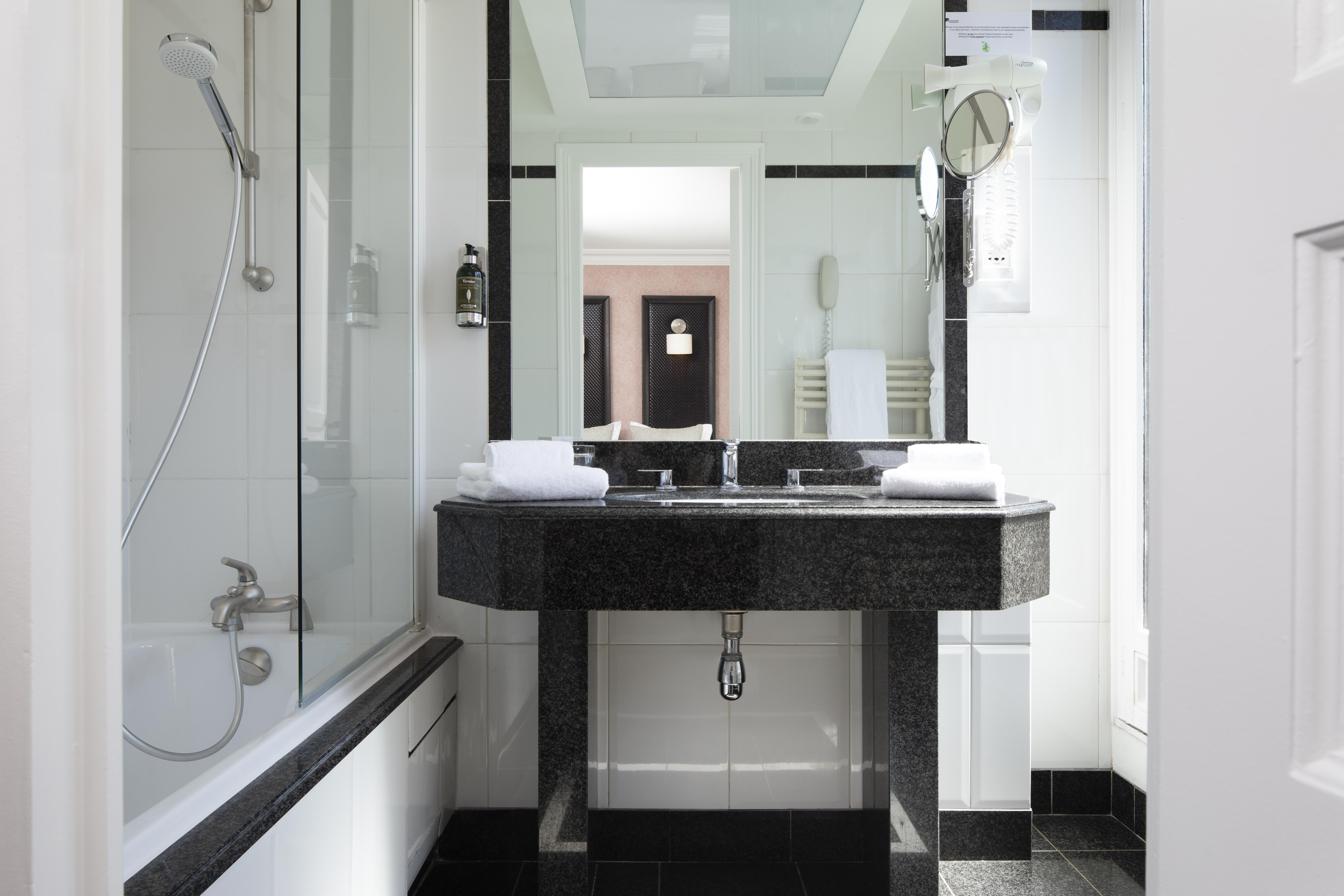Bathroom standard room Elysees Regencia