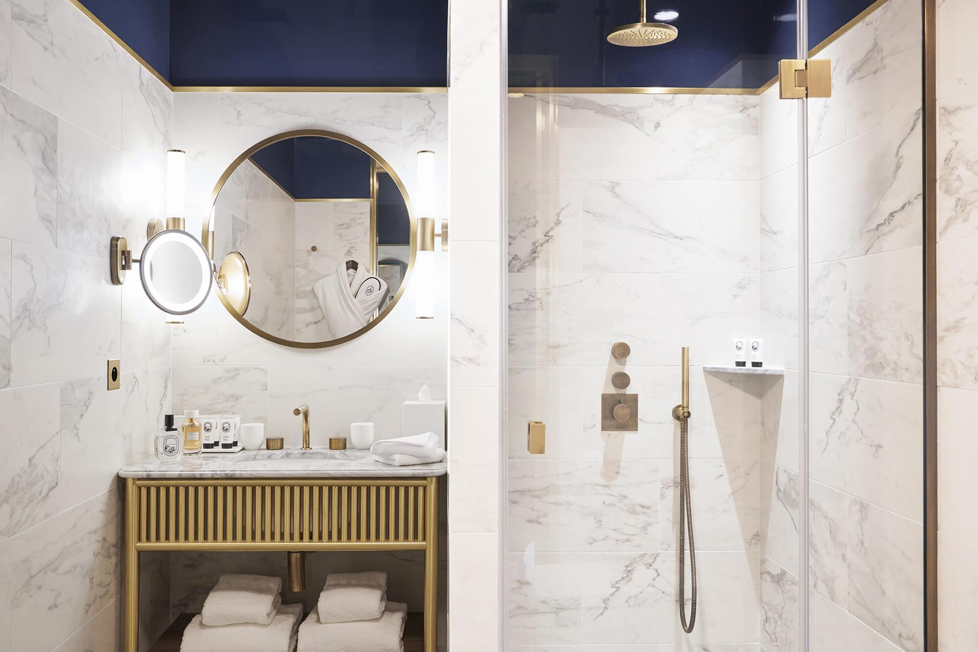 Chambre Supérieure, salle de bain bleu, Grand Powers, hôtel, Paris 8ème