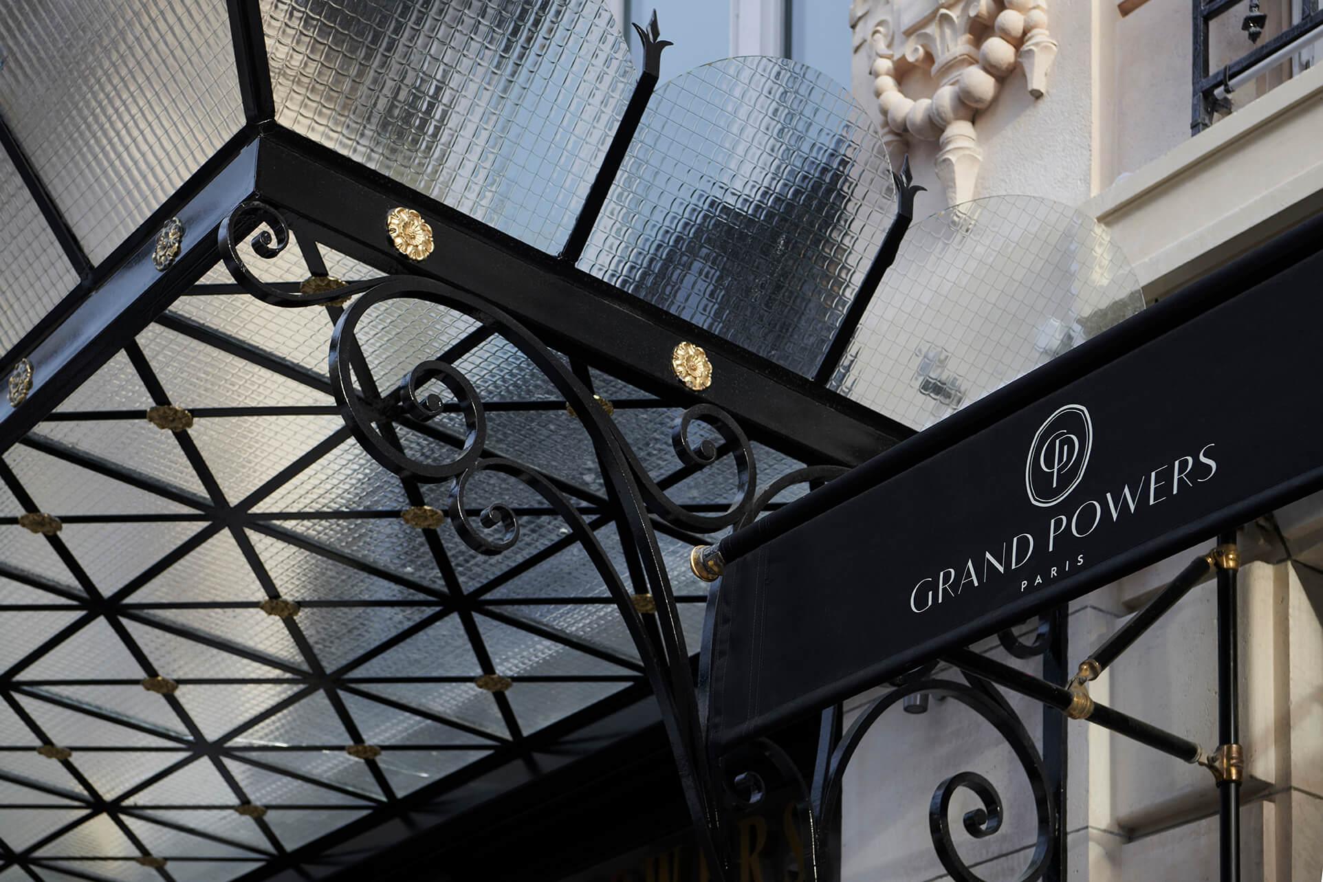 Гранд Пауэрс, Париж 8eme, вход в отель